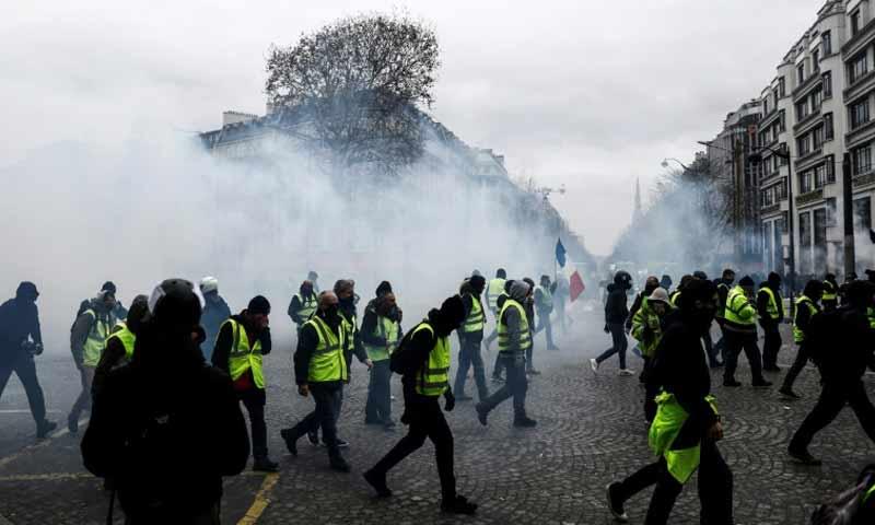 مظاهرات السترات الصفراء في العاصمة الفرنسية باريس 8 كانون الأول 2018 (فرانس برس)