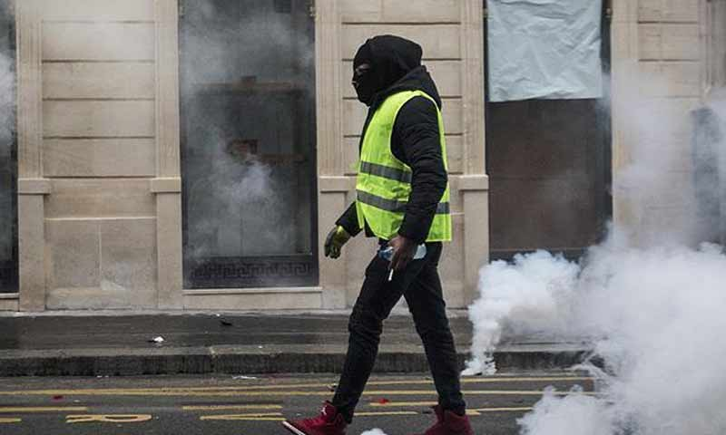 أحد المتظاهرين بالستر الصفراء في فرنسا - صورة تعبيرية (الأناضول)