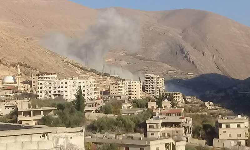 أعمدة الدخان تتصاعد من قرة عين الفيجة نتيجة تفجير عشرات المنازل السكنية من قبل مؤسسة مياه دمشق 15 كانون أول 2018 (عين الفيجة فيس بوك)