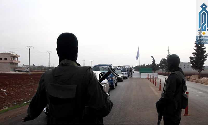 عناصر من تحرير الشام على الحواجز الأمنية المنتشرة في شمالي إدلب (وكالة إباء)