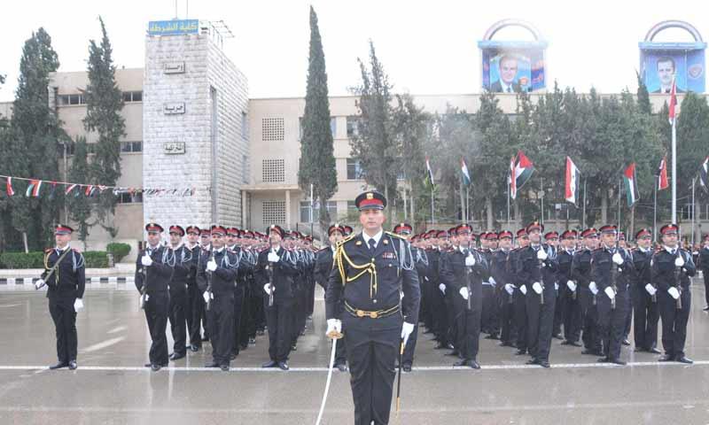 عناصر الشرطة في حكومة النظام السوري أثناء تخرجهم من كلية الشرطة بدمشق كانون الأول 2018 (وزارة الداخلية السورية)