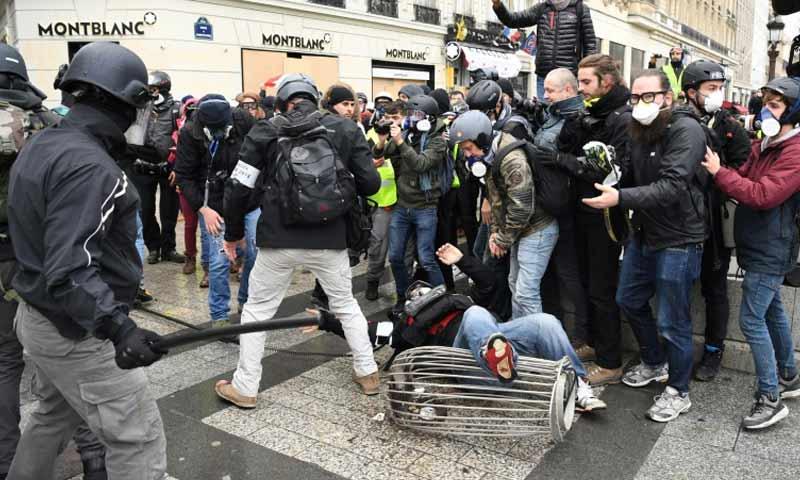 صدامات بين متظاهري السترات الصفراء والشرطة في حي الشانزليزيه في مدينة باريس 8 كانون الأول 2018 (فرانس برس)