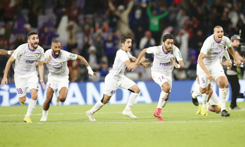 لاعبو نادي العين يحتفلون بعد تأهل فريقهم على حساب نادي ريفربليت في كأس العالم للأندية (الرياضية الإمارتية)