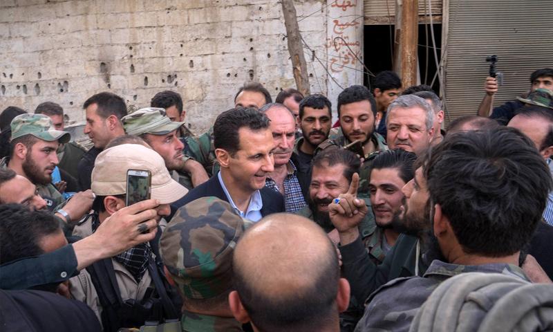 بشار الأسد في أثناء زيارة قواته في الغوطة الشرقية - 2018 (سانا)