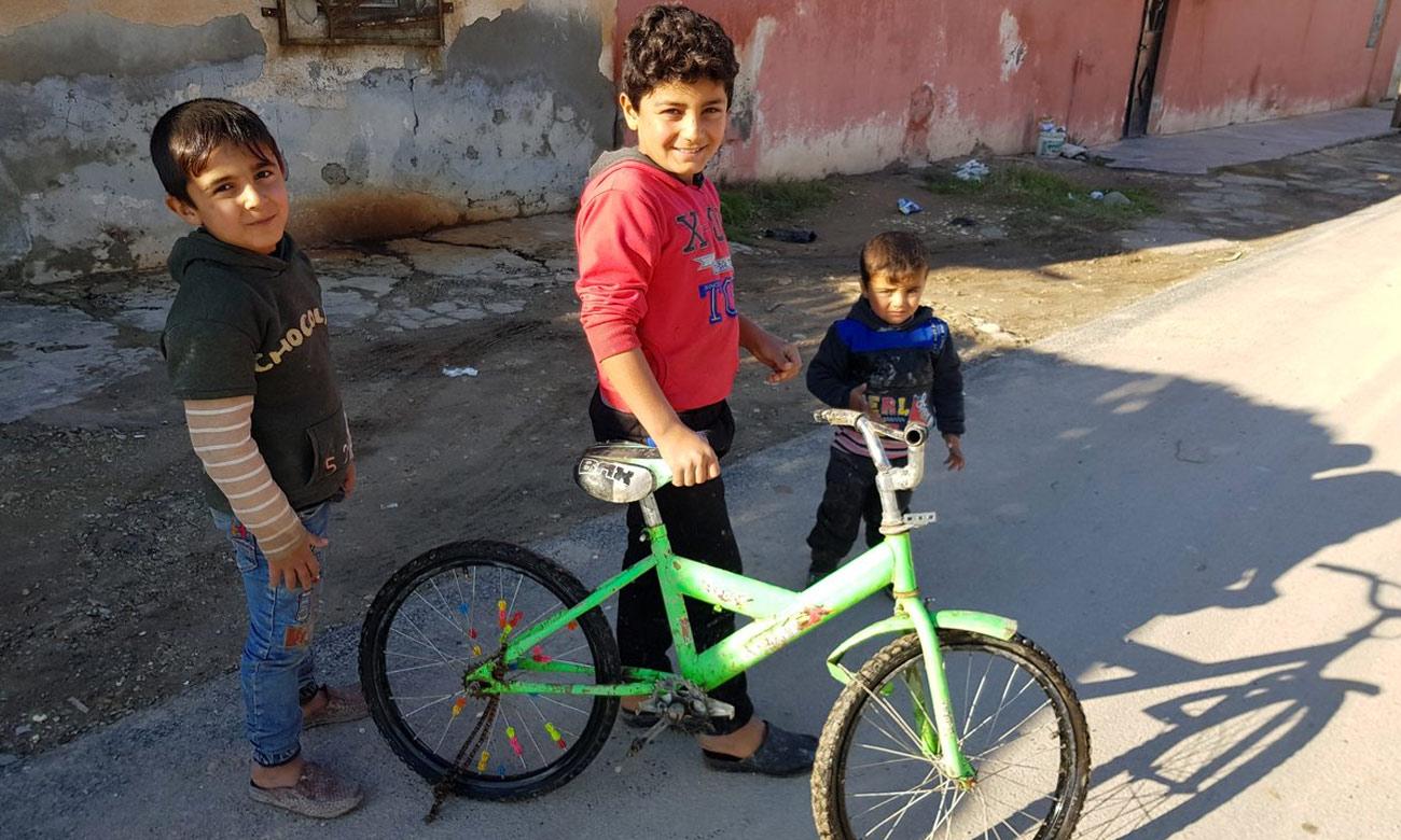 أطفال في أحد شوارع مدينة تل أبيض الحدودية مع تركيا- 14 كانون الأول 2018 (فلاديمير فان ويلجنبرغ)