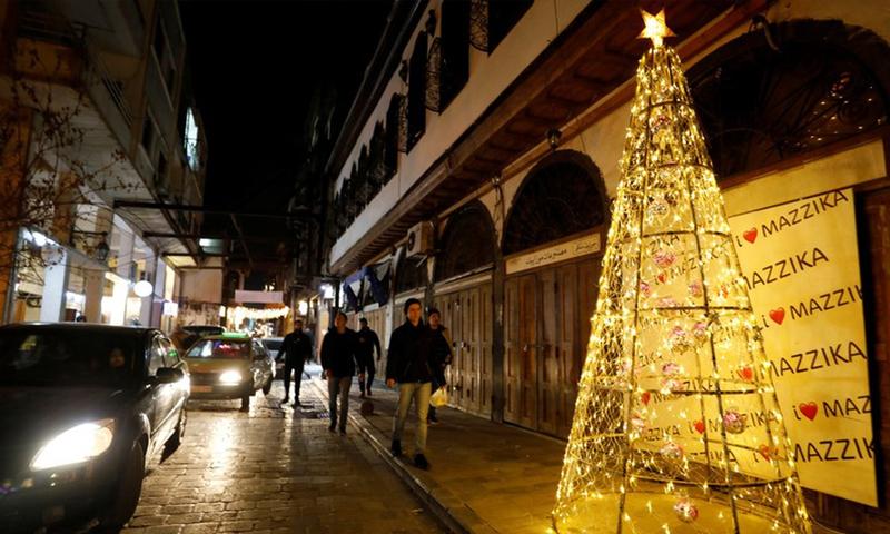 زينة أعياد الميلاد تزين حي باب شرقي في العاصمة السورية دمشق (رويترز)