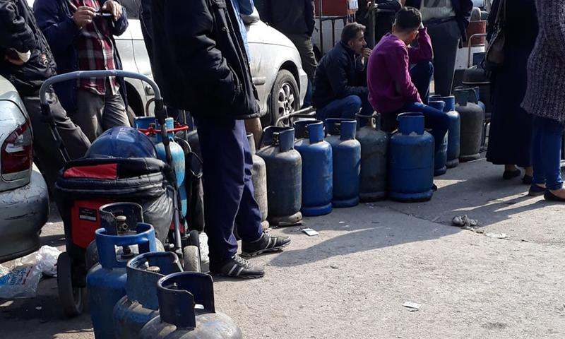 طابور من الأهالي يقفون بانتظار اسطوانات الغاز في دمشق (حازم عوض)