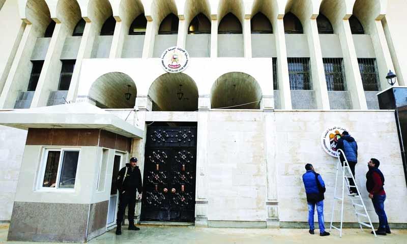 عمال يضعون اللمسات النهائية على مقر سفارة الإمارات في دمشق- 27 كانون الأول (رويترز)