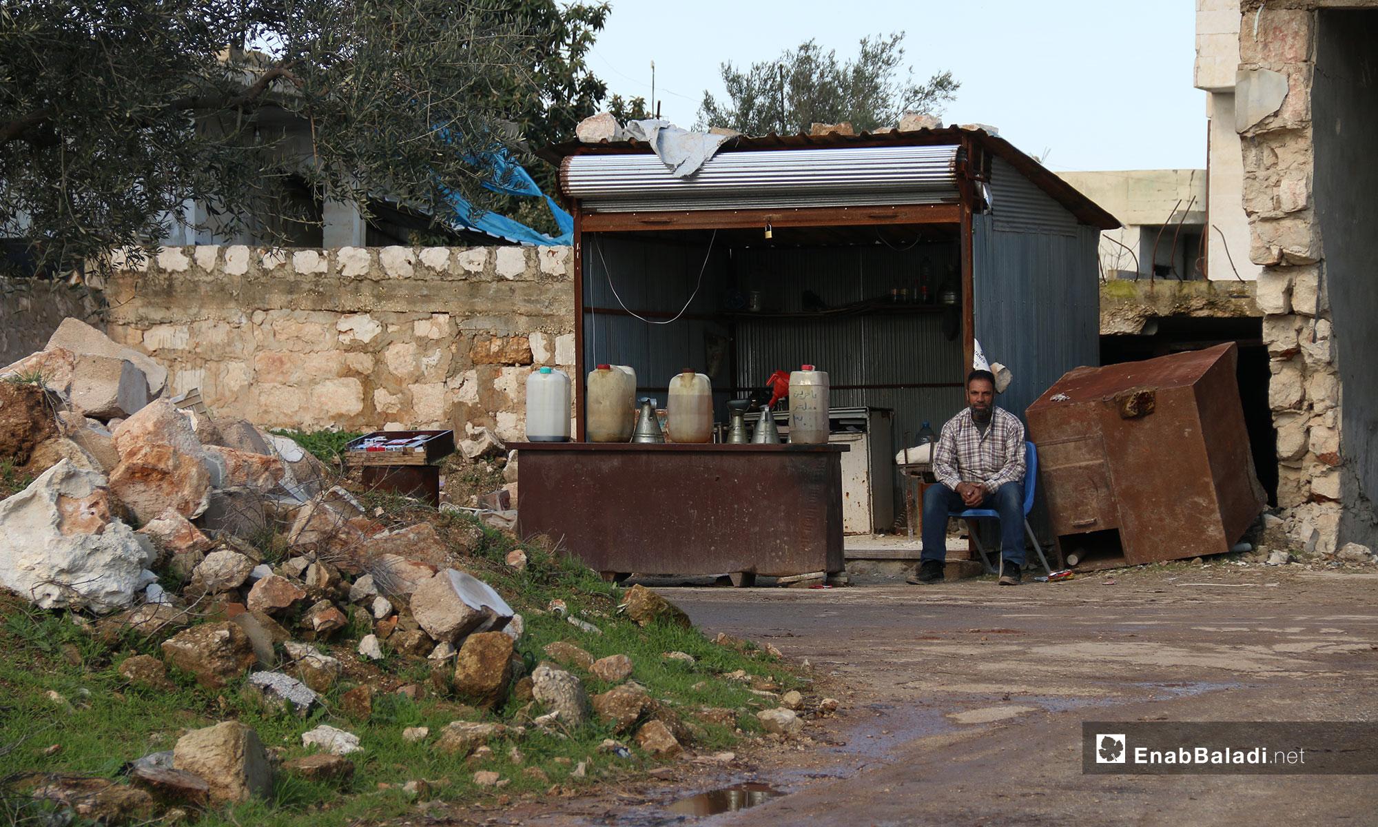 بائع مازوت من المهجرين في بلدة الفوعة - 24 من كانون الأول 2018 (عنب بلدي)