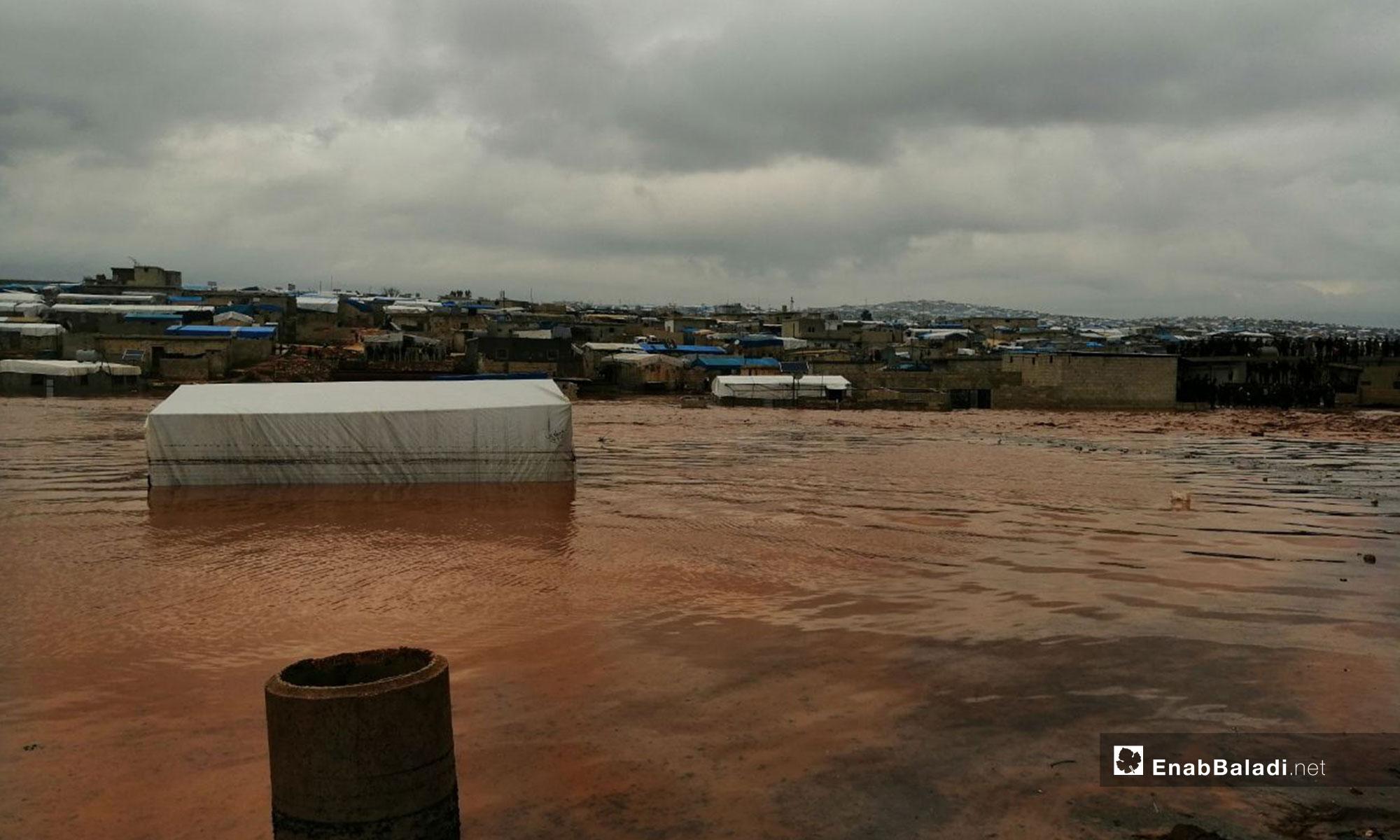عاصفة مطرية تغرق الخيم في مخيمات أطمة بريف إدلب - 27 من كانون الأول 2018 (عنب بلدي)