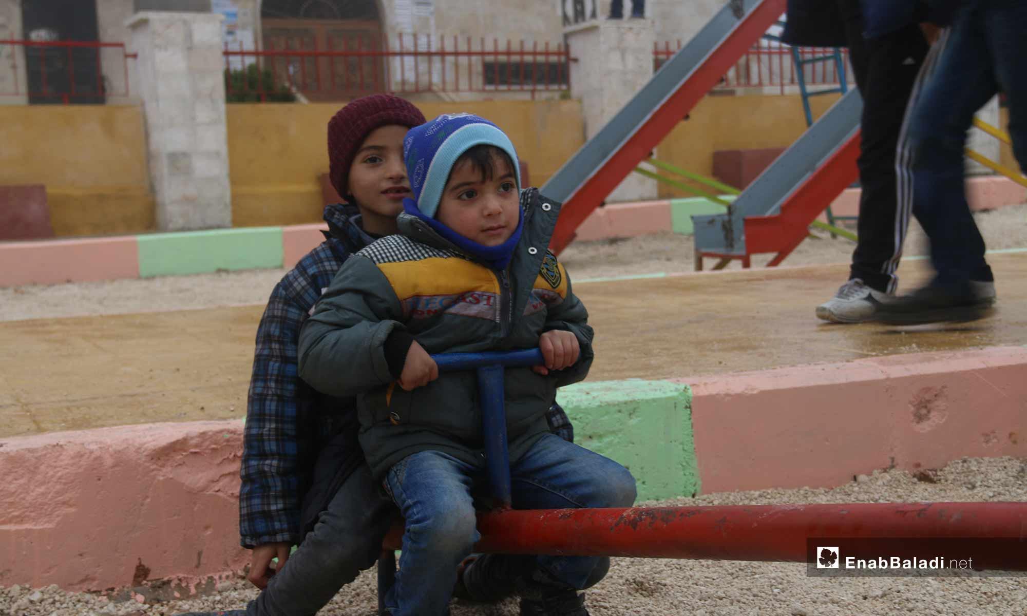 أطفال يلعبون في حديقة الدلة في مدينة معرة النعمان بريف إدلب - 18 من كانون الأول 2018 (عنب بلدي)