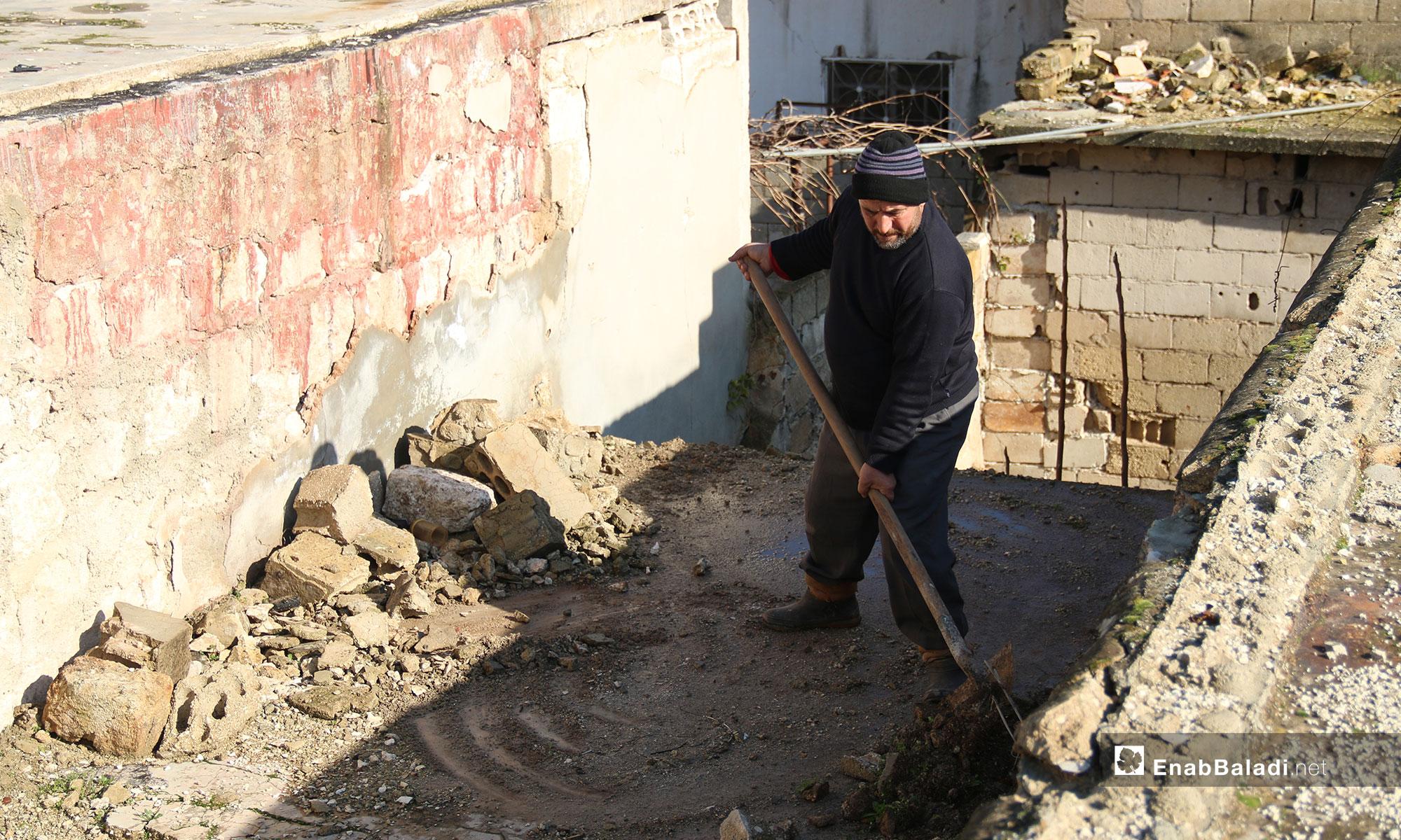 إزالة الركام من سطخ المنزل في بلدة الفوعة - 24 من كانون الأول 2018 (عنب بلدي)