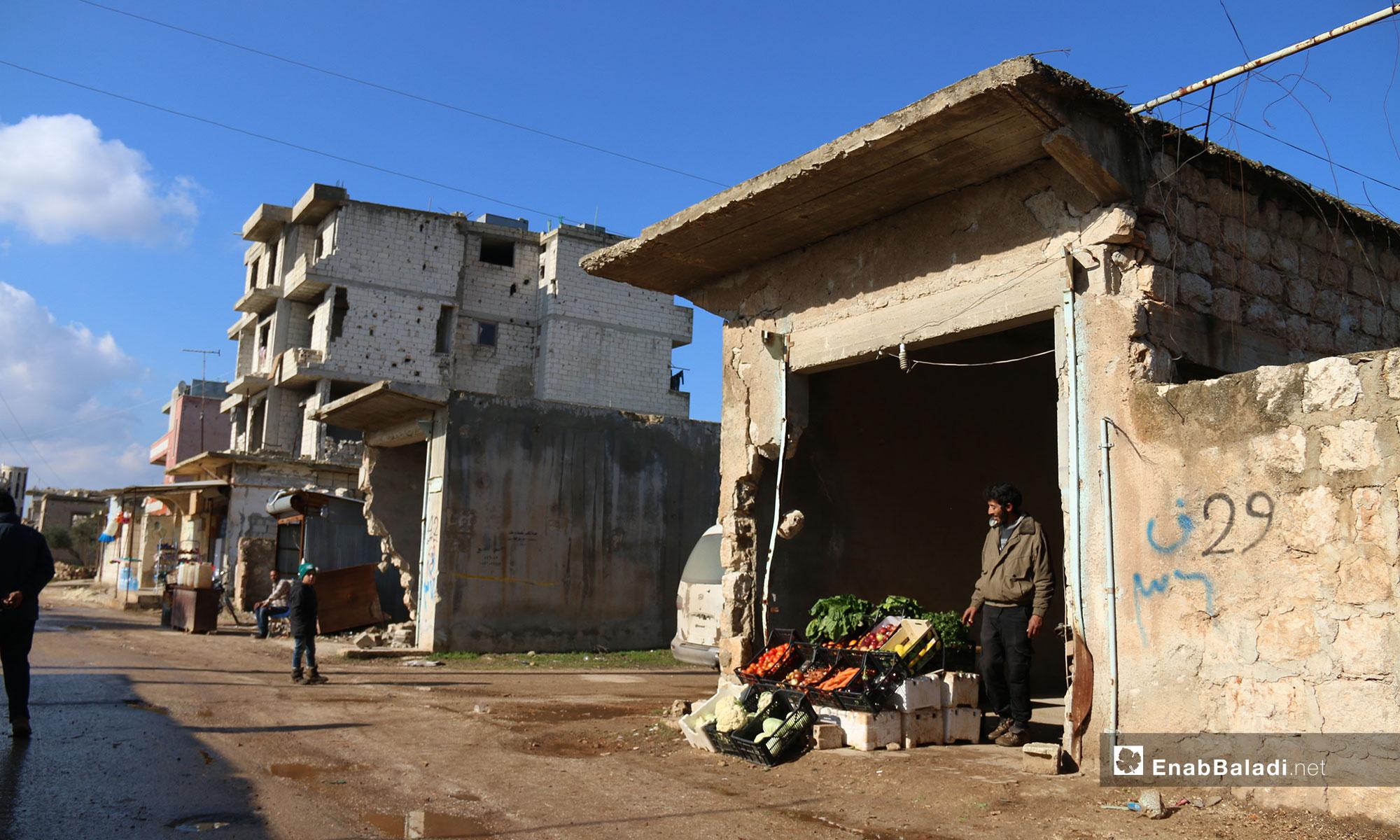 بائع خضار من المهجرين في بلدة الفوعة - 24 من كانون الأول 2018 (عنب بلدي)