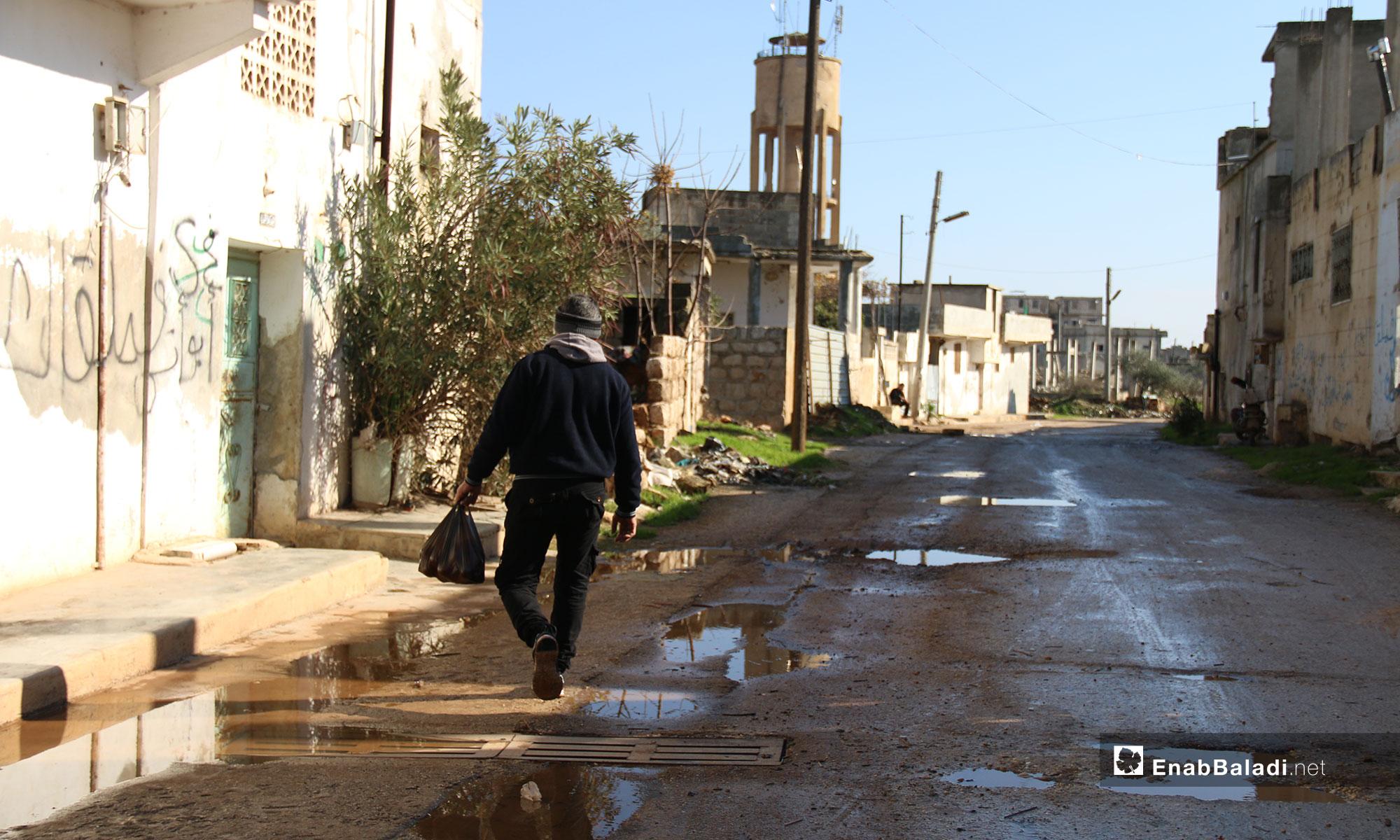 رجل من المهجرين في بلدة الفوعة - 24 من كانون الأول 2018 (عنب بلدي)