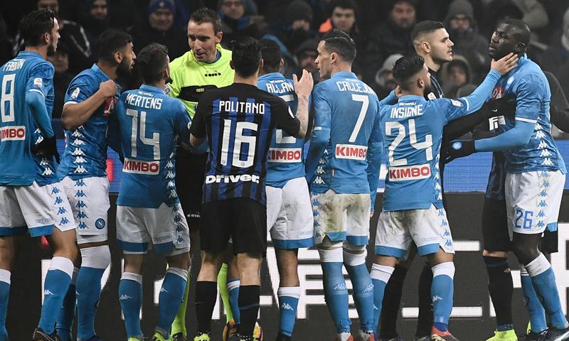 أحداث شغب في مباراة إنترميلان ونابولي في الدوري الإيطال (AFP)
