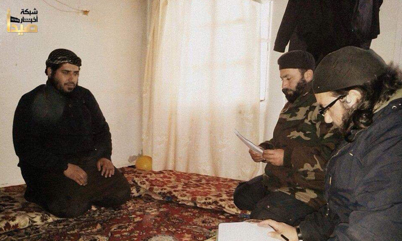 إياد الطوباسي (يسار الصورة) خلال محاكمته من قبل لجنة شرعية في درعا - 2015 (حسابات جهادية في تويتر)