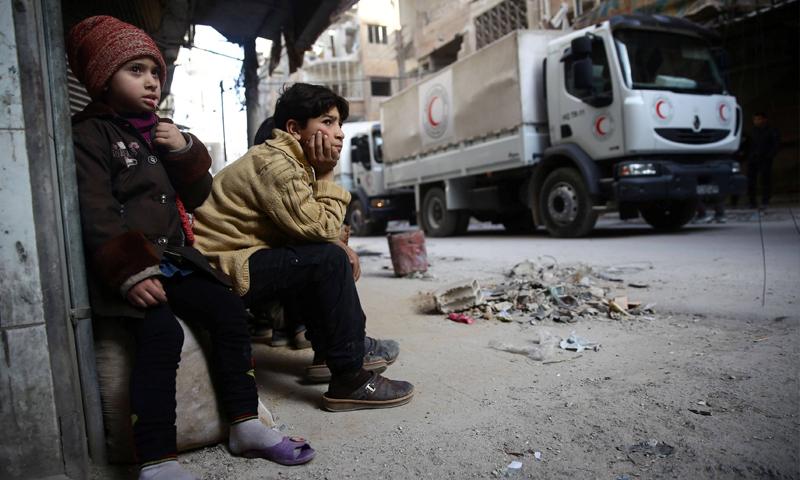 طفلي من مدينة دوما في الغوطة الشرقية خلال دخول قوافل المساعدات الأممية إليها (رويترز)