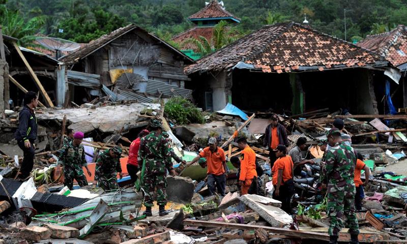 فرق الإنقاذ تبحث عن مفقودين جراء تسونامي ضرب السواحل الإندونيسية- 24 كانون الأول 2018 (رويترز)