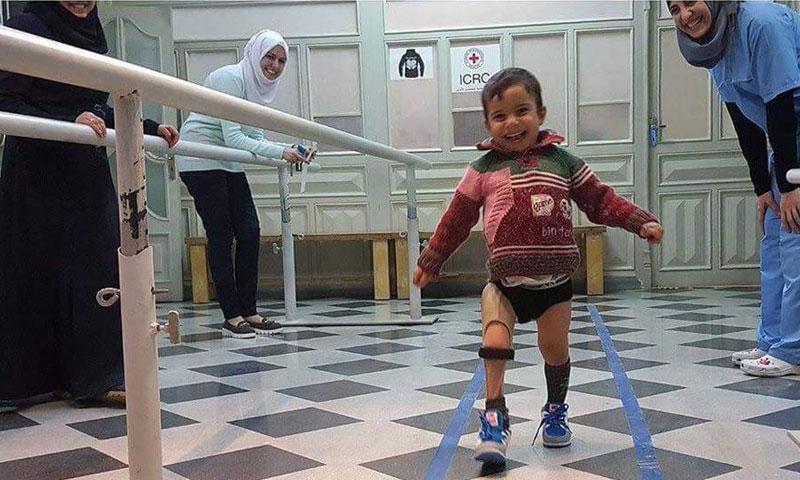 طفل سوري فرح بتركيب ساق صناعية بعد أن فقد ساقه في الحرب (تويتر)