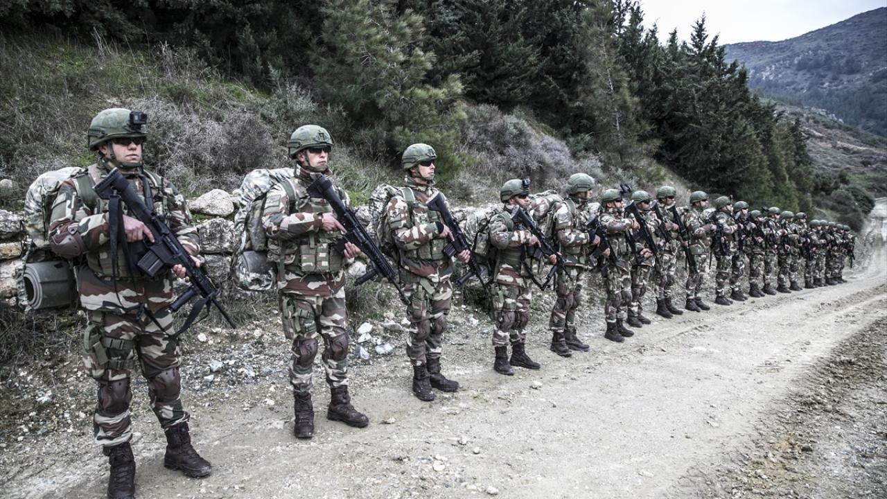 عناصر من كوموندز التركي على الحدود مع محافظة إدلب - 14 من كانون الثاني 2019 (TRT)