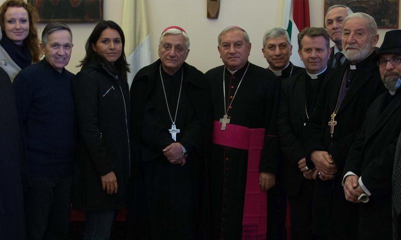 النائية الأمريكية تولسي غابارد مع رجال دين مسيحيين في حلب- (CNS News)