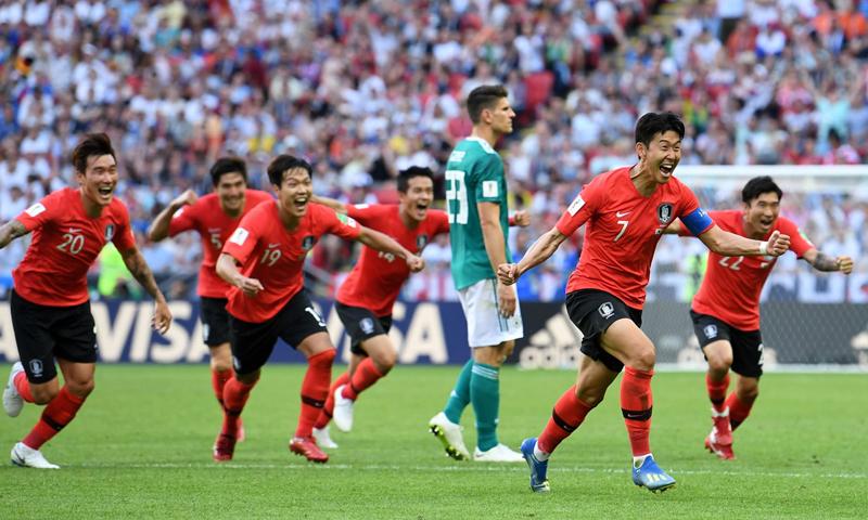 لاعبو المنتخب الكوري الجنوبي يحتفلون بتسجيلهم هدف في شباك المنتخب الألماني (FIFA)