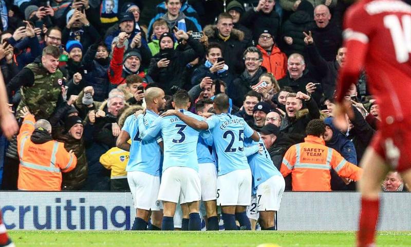 لاعبو مانشستر سيتي يحتفلون بتسجيلهم هدف في مرمى ليفربول (مانشستر سيتي تويتر)