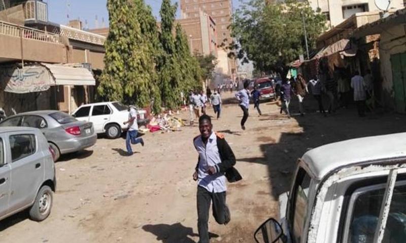 متظاهرون يفرون من قنابل الغاز المسيل للدموع في الخرطوم 30 من كانون الأول 2018 (BCC)