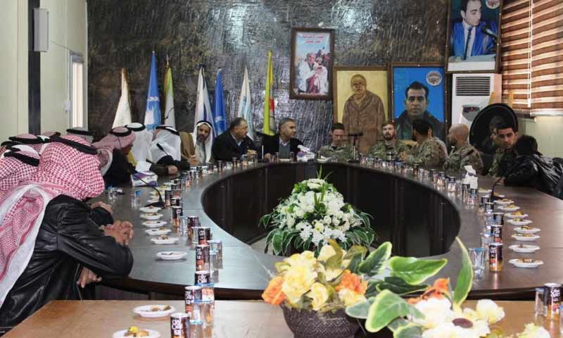 وفد من التحالف الدولي يلتقي وجهاء وزعماء عشائر مدينة الرقة 2 كانون الثاني 2018 (وكالة هاوار)