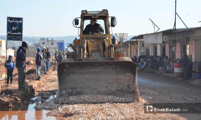 ترميم طرقات بين مخيمات النازحين في بلدة أطمة شمالي إدلب 10 كانون الثاني )عنب بلدي)