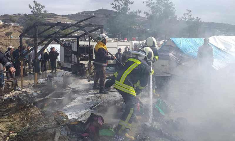 مقتل نازح وأضرار مادية جراء إحتراق خيمة في مخيم صلاح الدين غربي إدلب 28 كانون الثاني 2019 (الدفاع المدني السوري)