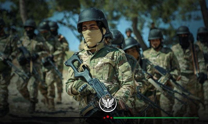 مقاتل من الجبهة الوطنية للتحرير في أثناء تخريج دفعة من قوات المغاوير (الجبهة الوطنية للتحرير)