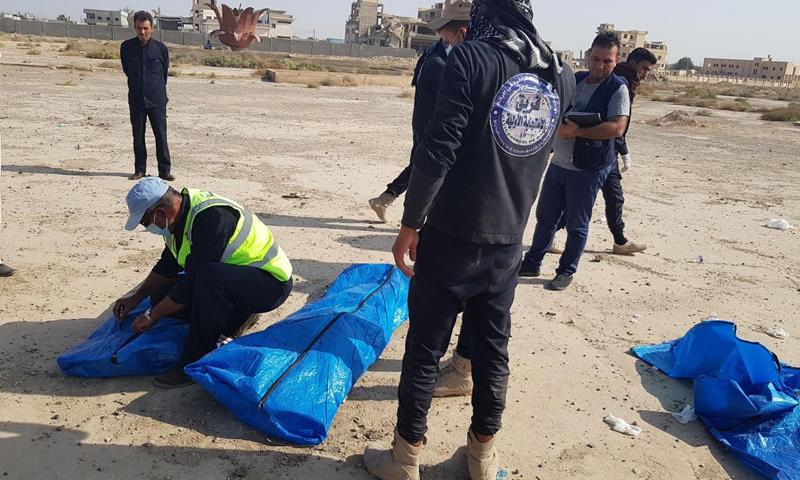 فريق الاستجابة ينتشل جثثًا من مقبرة جماعية في الرقة – 5 تشرين الأول 2018 (مجلس الرقة المدني)