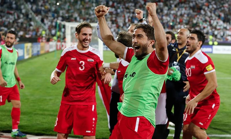 اللاعب السوري فراس الخطيب في دكة البدلاء خلال مواجهات تصفيات كأس العالم (AFP)