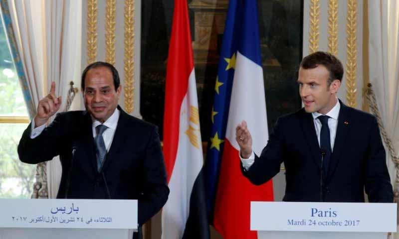 الرئيسان الفرنسي إيمانويل ماكرون والمصري عبد الفتاح السيسي في باريس- 24 تشرين الأول 2017 (رويترز)