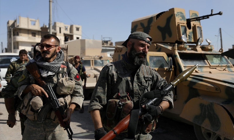 مقاتلون من قوات سوريا الديمقراطية في مدينة الرقة - 2017 (رويترز)