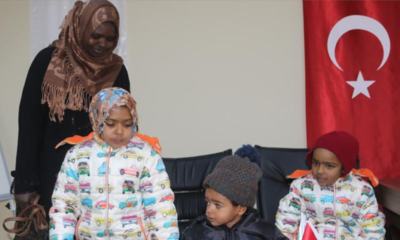 المواطنة السودانية يسرية عبد الكريم وأطفالها بعد وصولهم الأراضي التركية من إدلب- 16 كانون الثاني 2019 (الأناضول)