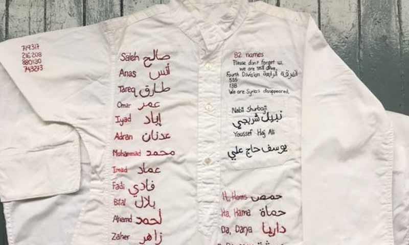 تشكيلية كندية تطرز أسماء معتقلين على قميص (منصور العمري في فيس بوك)