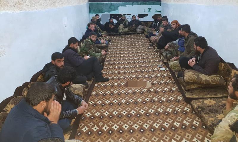 قادة وعناصر فصائل عسكرية في أثناء اجتماع بريف حماة الشمالي - 14 من كانون الثاني 2019 (ناشطون عبر فيس بوك)