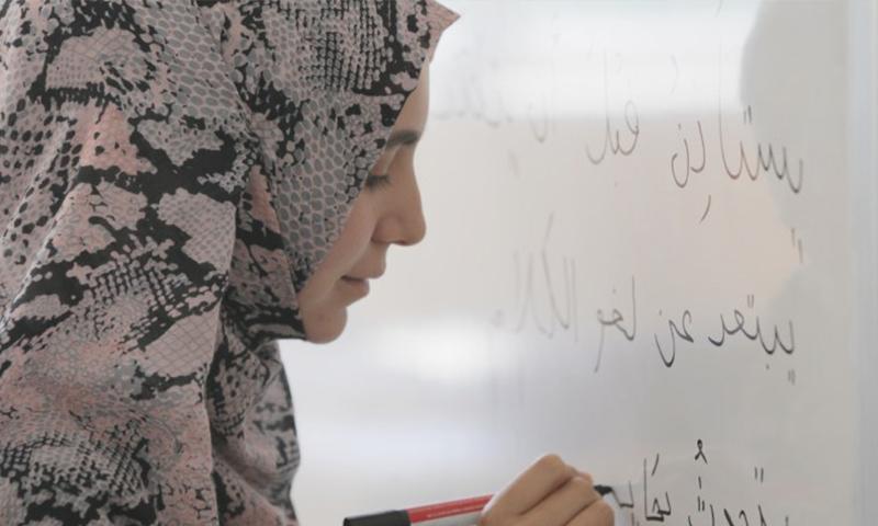 طالبة تتعلم اللغة العربية (burs.tdv.org)