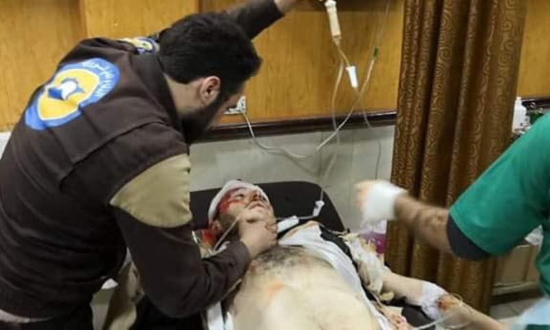 اسعاف مصابين جراء التفجيرين الذين ضربا محافظة إدلب شمال سوريا (الدفاع المدني)
