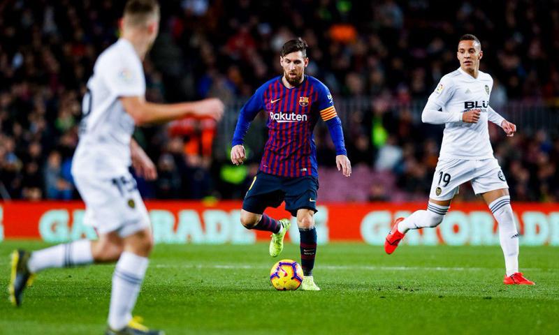 ليونيل ميسي في مواجهة نادي فالنسيا بالدوري الإسباني (FCB)