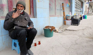 رجل سوري يشرب الشاي ويبيع أدوات المطبخ في حي أندرغازي في أنقرة (meo)