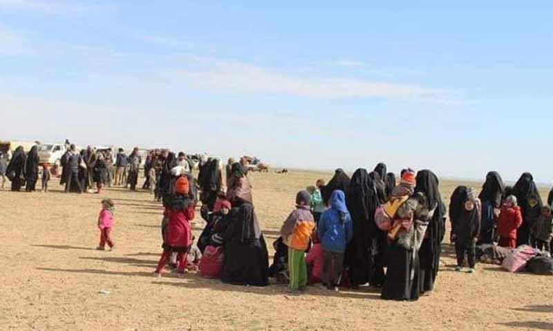 مدنيون نازحون من مناطق شرقي دير الزور خلال معارك ضد تنظيم الدولة 23 كانون الثاني 2019 (دير الزور24)