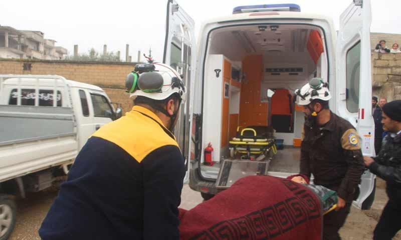 فرق الدفاع المدني تقوم بإسعاف الجرحى نتيجة القصف على أحياء خان شيخون جنوبي إدلب 12 شباط 2019 (الدفاع المدني السوري)