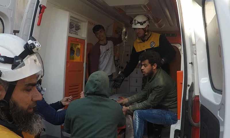 فرق الدفاع المدني تقوم بإسعاف الجرحى نتيجة القصف على أحياء قرية التوينة غربي حماة 13شباط 2019 (الدفاع المدني السوري)