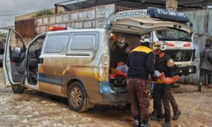 فرق الدفاع المدني تسعف مصابن جراء قصف مدفعي على خان شيخون جنوبي إدلب 27 شباط 2019 (الدفاع المدني السوري)