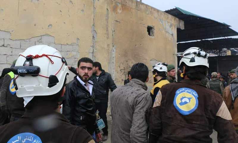 عناصر الدفاع المدني يتفقدون المكان الذي تعرض لتفجير دراجة نارية في مدينة الباب شمالي حلب 6 شباط 2019 (الدفاع المدتي السوري)
