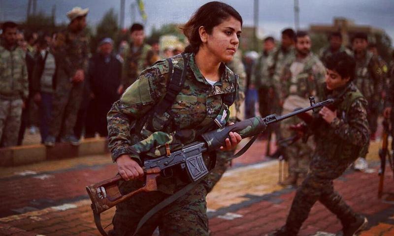 مقاتلة من وحدات حماية المرأة الكردية في أثناء المعارك شرق الفرات ضد تنظيم الدولة - كانون الثاني 2019 (دليل سليمان AFP)