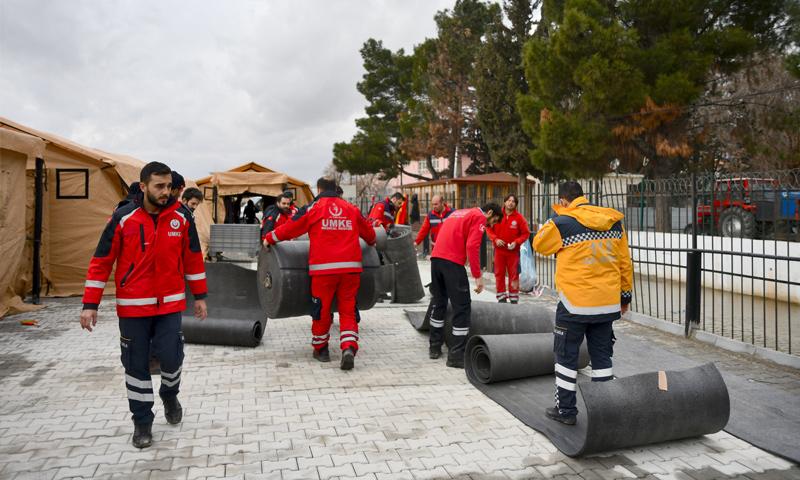 فرق الإنقاذ الطبية الوطنية التركية تنشئ مشافي ميدانية على الحدود مع سوريا - 1 من شباط 2019 (الأناضول)